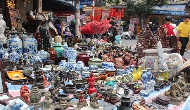 Worshipping objects also have in Hang Luoc flower market for you to renew ancestral altar.